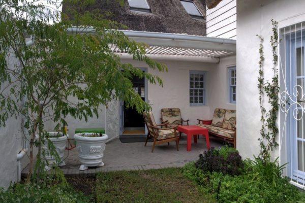 15a_Courtyard 2_Greyton Small House